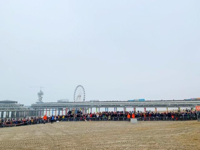 kijkers op de pier unox nieuwjaarsduik